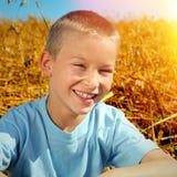 Niño en el campo del verano Fotos de archivo