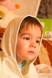 Niño en el capo motor Imagen de archivo