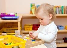 Niño en el cuarto de niños Fotos de archivo