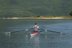 Niño en el curso del rowing en solo Imagenes de archivo