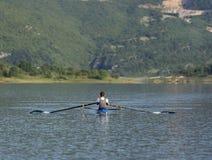 Niño en el curso del rowing en solo Fotografía de archivo libre de regalías