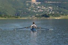 Niño en el curso del rowing en solo Fotos de archivo