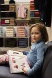 Niño en el departamento de la manera fotografía de archivo