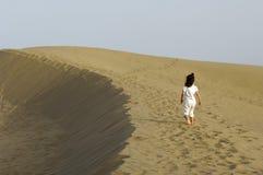 Niño en el desierto Foto de archivo libre de regalías