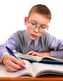 Niño en el escritorio de la escuela Imagen de archivo libre de regalías