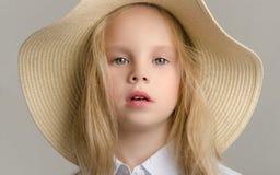Niño en el estudio que presenta en ropa de moda Fotografía de archivo libre de regalías