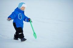 Niño en el fondo del paisaje del invierno Un niño en la nieve Sce imagen de archivo libre de regalías