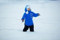 Niño en el fondo del paisaje del invierno Un niño en la nieve Sce fotografía de archivo libre de regalías