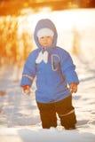 Niño en el fondo del paisaje del invierno Un niño en la nieve Sce fotos de archivo