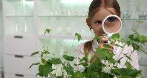 Niño en el laboratorio de química, proyecto educativo 4K de la biología del experimento de la ciencia de la escuela metrajes