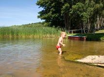 Niño en el lago imagen de archivo
