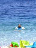 Niño en el mar Foto de archivo
