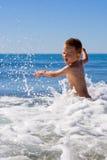 Niño en el mar fotos de archivo