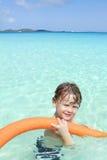 Niño en el océano tropical, piscina Imagenes de archivo