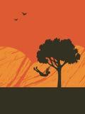 Niño en el oscilación del árbol