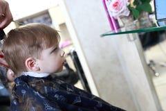 Niño en el peluquero Imágenes de archivo libres de regalías