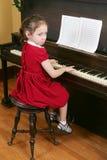 Niño en el piano foto de archivo