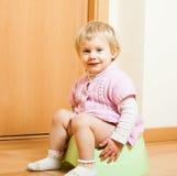 Niño en el potty fotografía de archivo libre de regalías