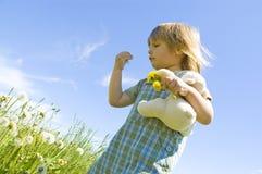 Niño en el prado Fotos de archivo