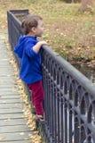 Niño en el puente Imagen de archivo