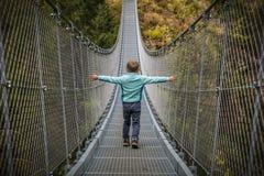 Niño en el puente suspendido fotos de archivo libres de regalías