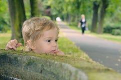 Niño en el receptor de papel Imagenes de archivo