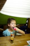 Niño en el restaurante foto de archivo