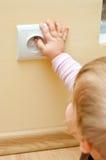 Niño en el socket eléctrico Imagen de archivo libre de regalías