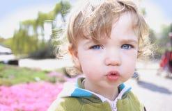 Niño en el sol del resorte Foto de archivo