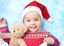 Niño en el sombrero de santa, retrato caucásico del bebé de la Navidad foto de archivo libre de regalías