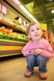 Niño en el supermercado Imagen de archivo libre de regalías
