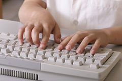 Niño en el teclado Imágenes de archivo libres de regalías