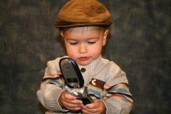 Niño en el teléfono imagenes de archivo