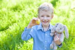 Niño en el tiempo de pascua fotografía de archivo libre de regalías