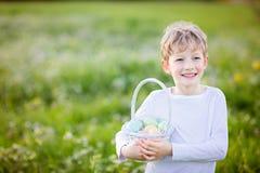 Niño en el tiempo de pascua Foto de archivo libre de regalías