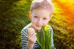 Niño en el tiempo de pascua Imagen de archivo libre de regalías