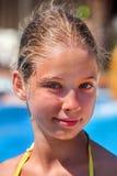 Niño en el tobogán acuático en aquapark Imagen de archivo libre de regalías