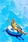 Niño en el tobogán acuático en el aquapark. Foto de archivo