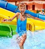 Niño en el tobogán acuático en el aquapark. foto de archivo libre de regalías