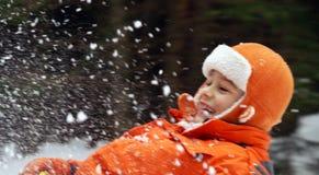 Niño en el trineo. imagen de archivo