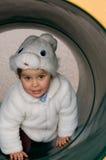 Niño en el tubo en un patio Imagenes de archivo