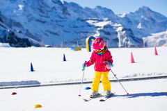 Niño en escuela del esquí foto de archivo libre de regalías