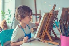 Niño en estudio fotos de archivo libres de regalías