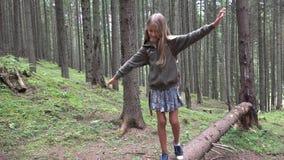 Niño en Forest Walking Tree Log Kid que juega la madera al aire libre de la muchacha de la aventura que acampa metrajes