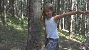 Niño en Forest Walking Tree Log Kid que juega la madera al aire libre de la muchacha de la aventura que acampa almacen de video