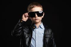 Niño en gafas de sol niño pequeño hermoso de moda en cuero Imagenes de archivo