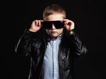 Niño en gafas de sol niño pequeño hermoso de moda en cuero Imagen de archivo