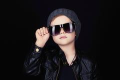 Niño en gafas de sol niño pequeño hermoso de moda en sombrero Fotos de archivo