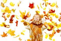 Niño en hojas de otoño. Caída del arce sobre blanco Foto de archivo