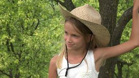 Niño en huerta, granjero Girl Face Relaxing al aire libre en naturaleza, niño pensativo 4K